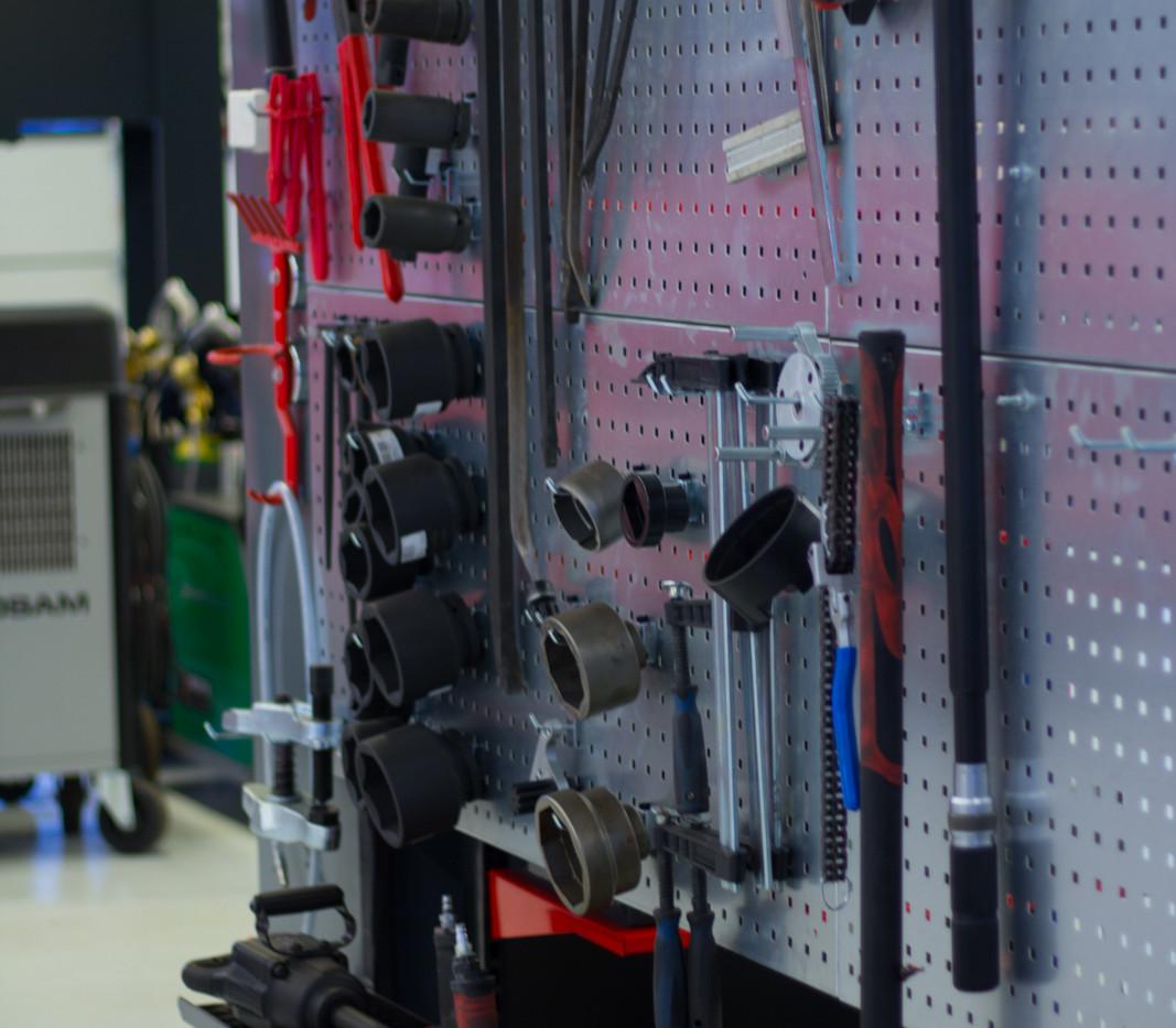 Raskaankaluston puolella raskaita työkaluja.
