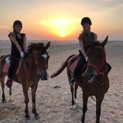 Balade à Cheval dans le désert de Dubai au coucher de soleil