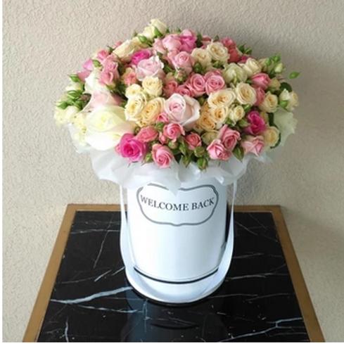 Bouquet de 50 Roses + Boîte avec texte Personnalisable livré à Dubai