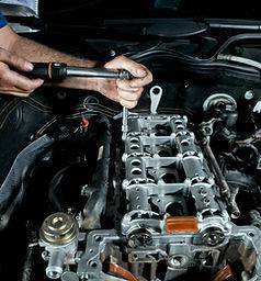 Meccanico che ripara un motore
