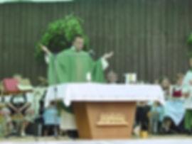 hauseinweihung-pfarrer-am-altar.jpg
