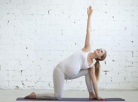 schwangerschaftsyoga, babybauch, positive Geburt