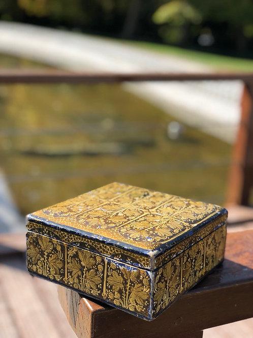 Caja-joyero de madera decorada con motivos florales