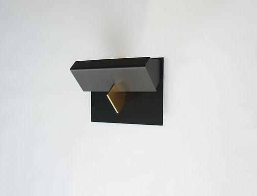 applique murale design masque métal noir doré