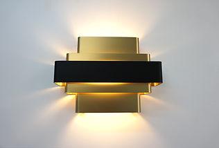 applique-murale-bandeaux-art-déco-dorée-noir-design-minimaliste-lampe-aluminium-tendance-2020