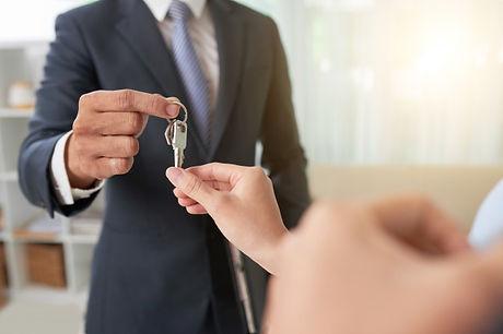 broker-giving-keys_1098-19812.jpg
