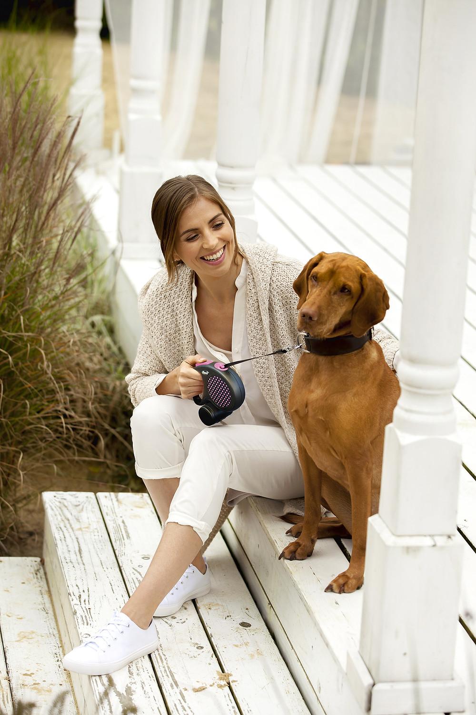 """Cachorro e dona- """"Como escolher a guia retrátil ideal para o meu pet?""""- Braspets"""