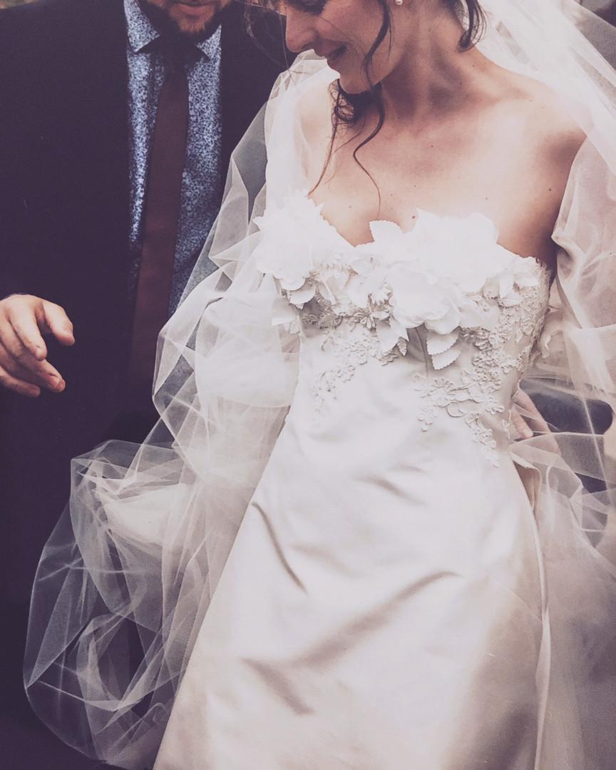 La robe bustier de Marion en mikado doupion rebrodée de dentelle et fleurs en soie.  Création sur-mesure par Sylvain Estran Atelier