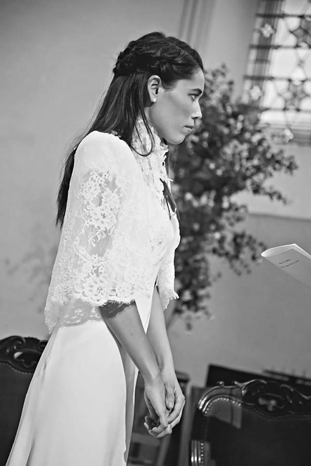 La robe de Coline en crêpe marocain, sous une cape en dentelle de Calais rebrodée et organza.  Photo: Nathalie Roux  Création sur-mesure par Sylvain Estran Atelier