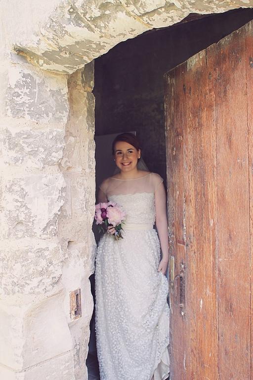 La robe de Priscilla en organza et tulle entièrement rebrodé de micro-fleurs en tissus et mini perles de rocaille.  Photo: Pauline Franque  Création sur-mesure par Sylvain Estran Atelier