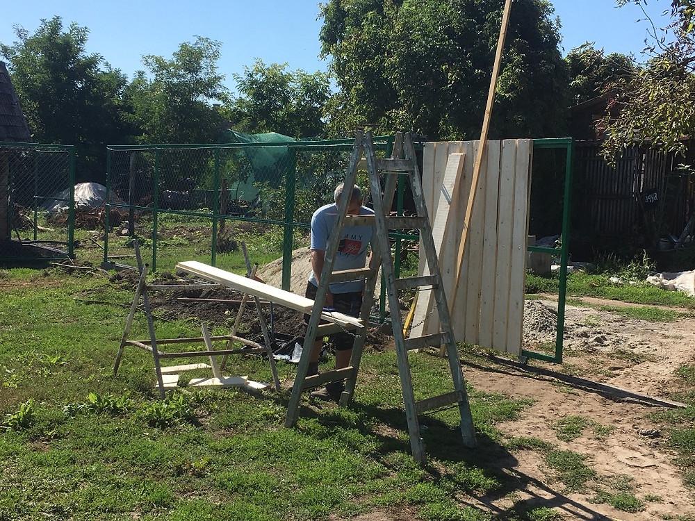 Készül a kerítés / New fence under construction