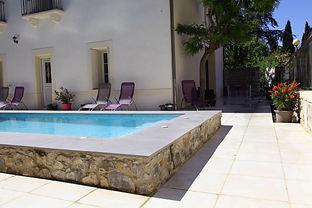 Entrée sur la terrasse et piscine, Le Clos du Théron, chambre d'hôtes à Cournonterral, Hérault