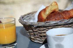 petit déjeuner continental du Clos du Théron, chambre d'hôtes à Cournonterral, HéraultThéron, chambr