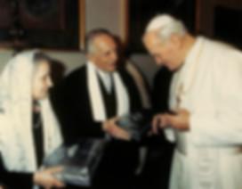 1988 donando la partitura di _Fatima_ al Pontefice.jpg