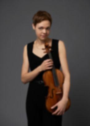 Simone Jandl, Viola, Künstlerportrait by Tobias Wirth, Fotograf in Berlin