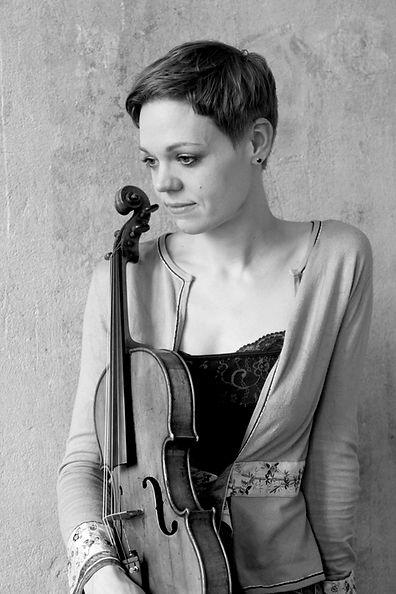 Simone Jandl sw mit Bratsche - copyright by Kathrin Strobel