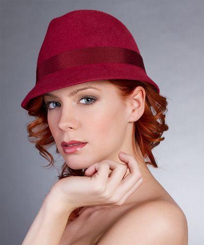 "1. Vörös, ""férfi"" fazonú téli kalap"
