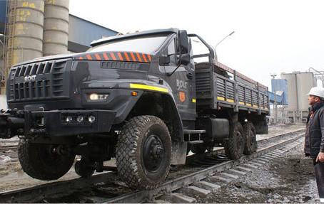 В России тестируют локомобиль - грузовик, способный ездить по рельсам