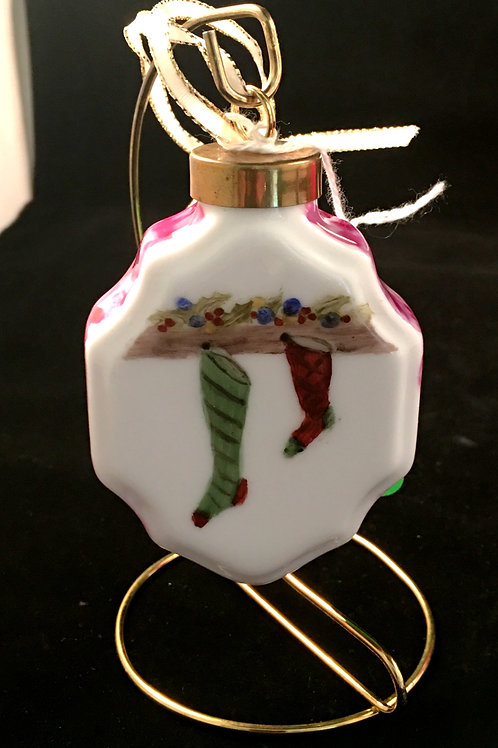 4SAL - FIREPLACE WITH STOCKINGS ORNAMENT