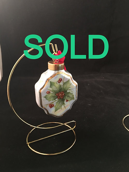RC1 - HOLLY ORNAMENT WITH MOTHER OF PEARL LUSTER