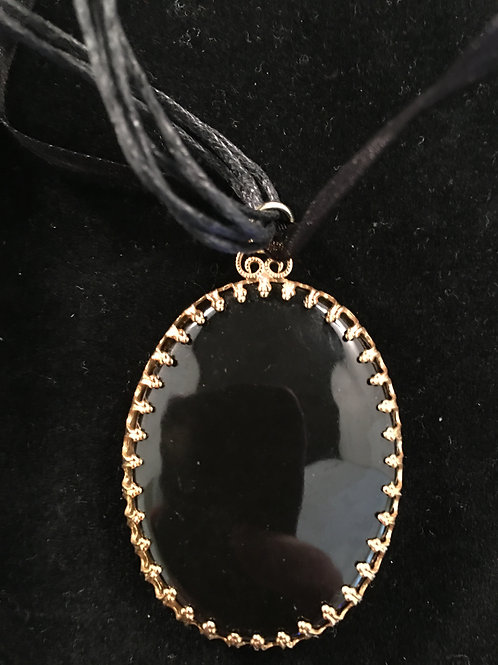 4FR PENDANT BLACK OVAL IN GOLD MOUNTING