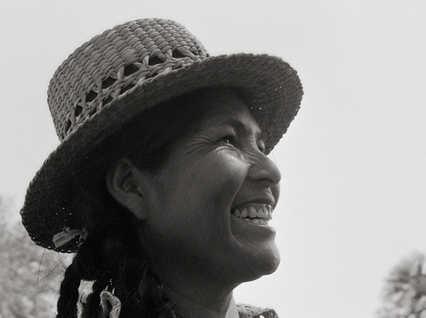 Mujer toba con sombrero de totora