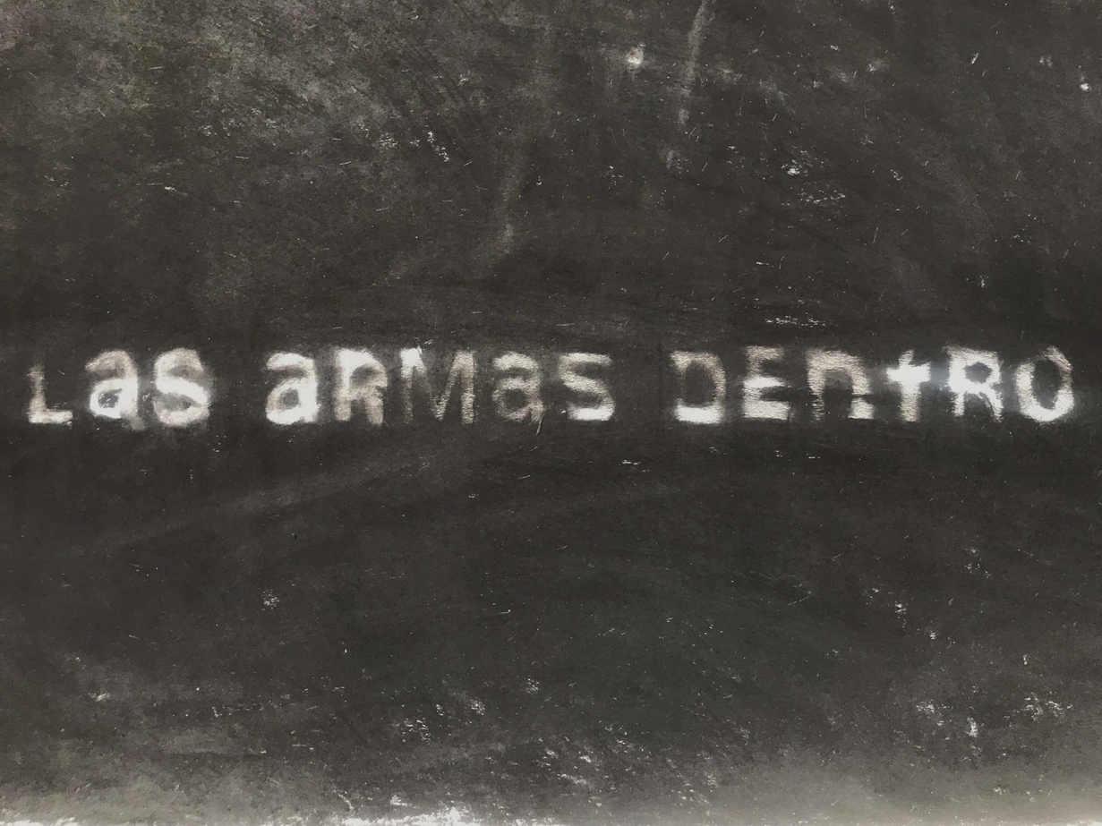 Dibujo textual (Carbonilla sobre pared)