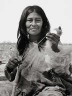 Mujer pilagá con hilo para tejer en telar