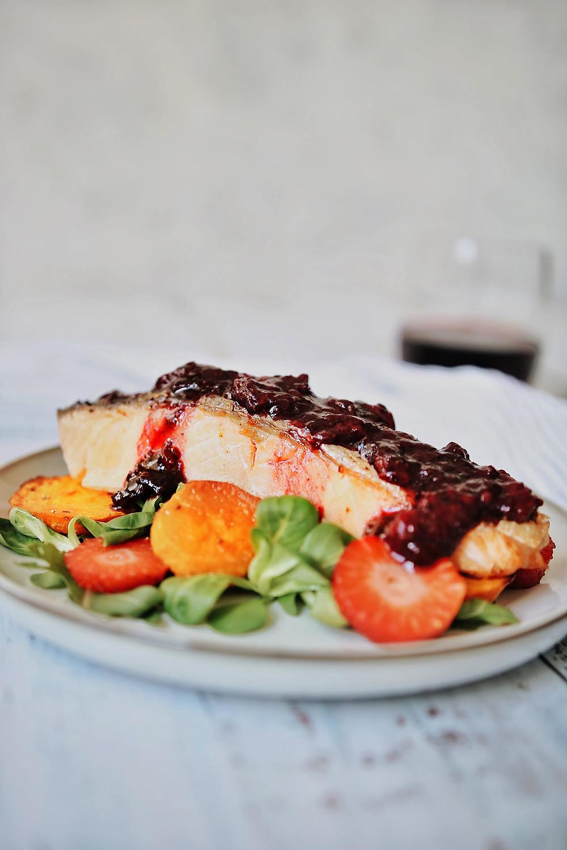 Pečeni losos s redukcijom od jagoda i aceta balsamica na tanjuru s matovilcem i pečenim batatom.