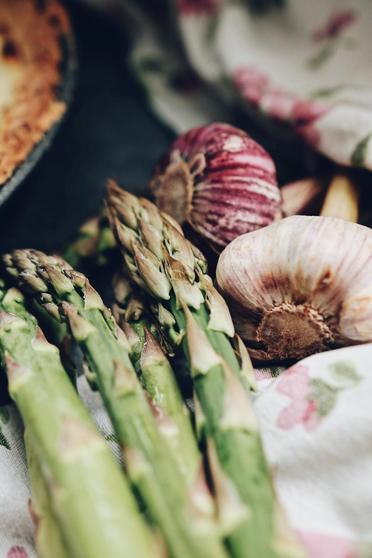 Šparoge i češnjak, slika sastojaka korištenih u tartu od šparoga s kozjim sirom i pršutom.