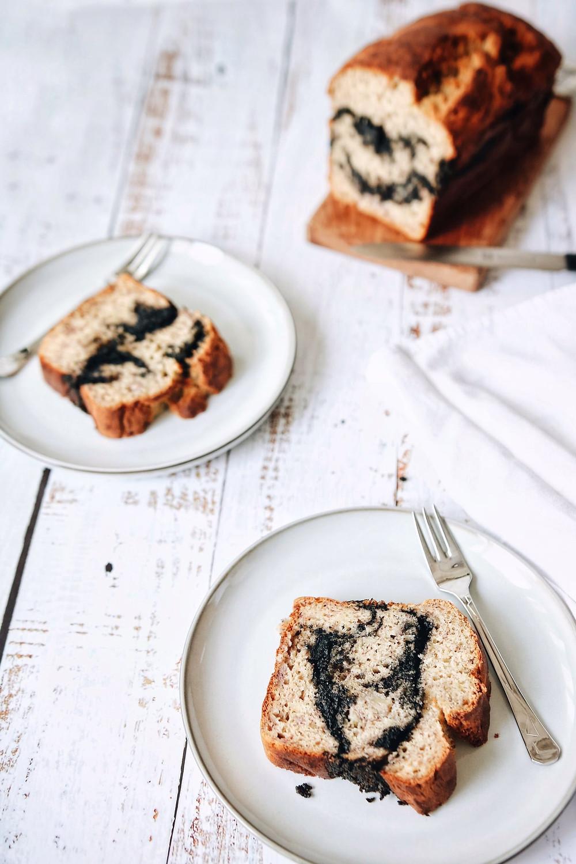 Bezglutenski kruh od banane poslužen na dva tanjurića, sa punjenjem od crnog sezama.