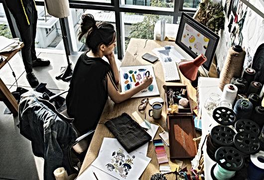 Genç Kadın Sanatçı