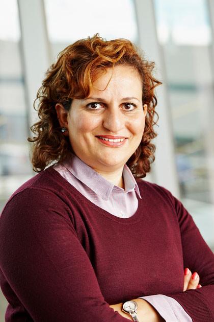 Kahina Oudjehani présidente du comité gains environnementaux du Regroupement pour le développement de l'avion plus écologique et chef du département d'écoconception de Bombardier