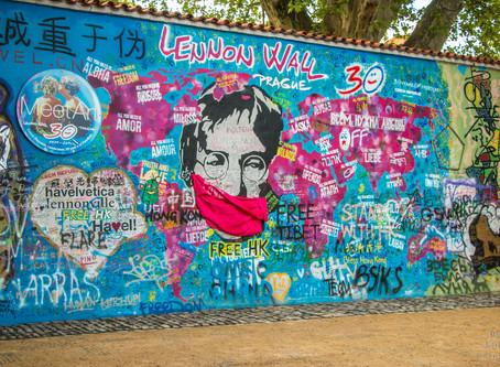Lennon s rouškou a Praha stále bez lidí