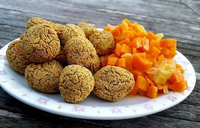 Polpette di fagioli e zucchine con contorno di carote aromatizzate allo zenzero