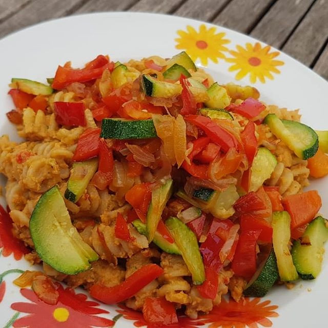 Pasta con zucchine, peperoni corno e pesto di pomodori secchi e noci