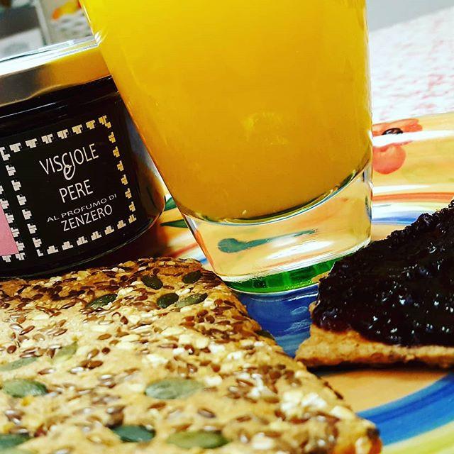 spremuta d'arancia e tartine integrali con semi e marmellata
