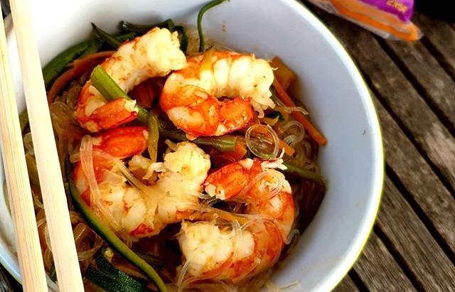 Noodles di soia con verdure e gamberi