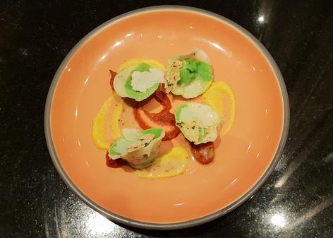 Ravioli ripieni di patate e broccolli, salsa di pomodorini e basilico