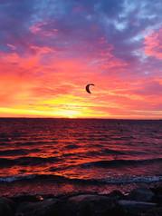 Kitesurfen bei Sonnenuntergang