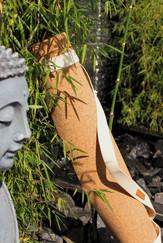 Yogamatte aus nachhaltigem Korktextil mit handgemachtem Tragegurt