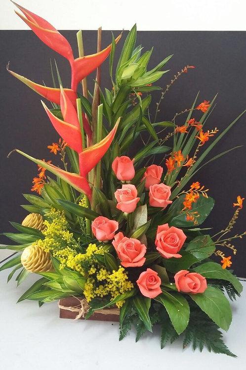 Arreglo de flores tropicales con base madera