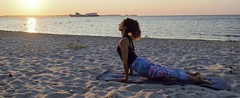 Asana: nach oben schauendender Hund (Urdhva Mukha Svanasana) an der Kieler Förde bei Sonnenuntergang