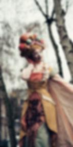 Jelicious stelten van katoen biologisch natuur act stilt art Stilts stelten events party evenementen stelten festival jelicious Jorritsma Jelleke Jelicious Groene bomen stelten act straat theater feest