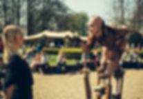 Jelicious amazing stilt acts stelten voorstelling Jelicious stelten act Arbres D or gouden bomen Jelicious table tafel stilt act stelten voorstelling Jelicious stelten van katoen biologisch natuur act stilt art Stilts stelten events party evenementen stelten festival jelicious Jorritsma Jelleke Jelicious golden stelten act straat theater feest