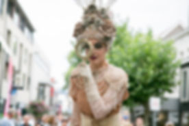 Jelicious Golden trees stilt act stelten voorstelling Jelicious stelten van katoen biologisch natuur act stilt art Stilts stelten events party evenementen stelten festival jelicious Jorritsma Jelleke Jelicious Groene bomen stelten act straat theater feest