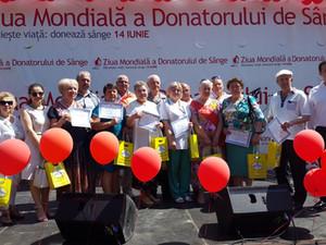 ZOLUȘCA вручила подарки почётным донорам Молдовы