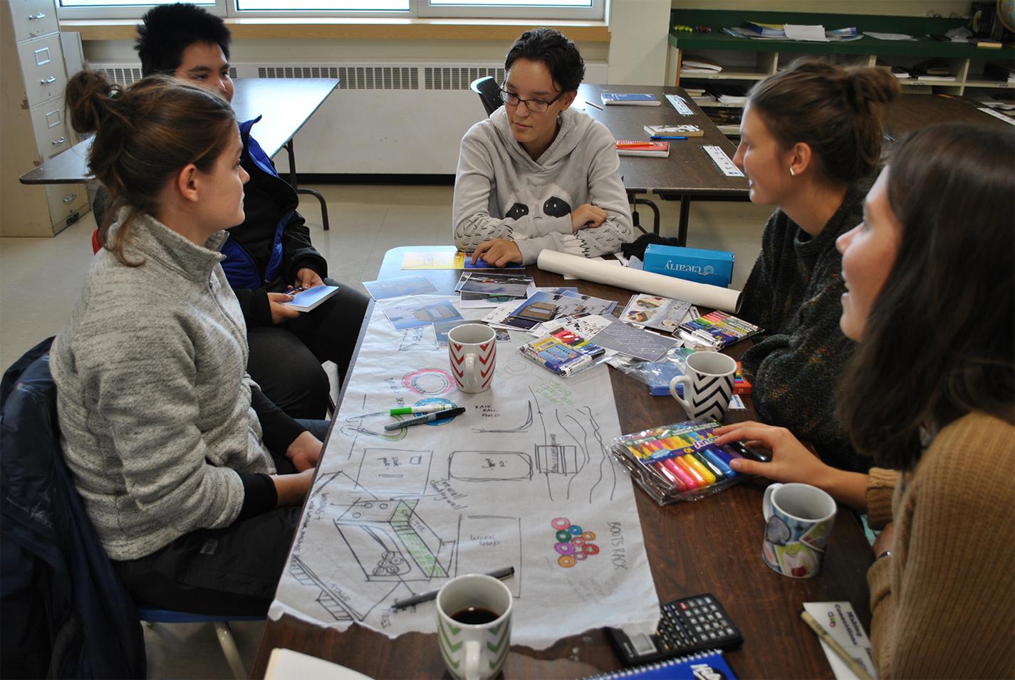 Des discussions de groupes à l'école.