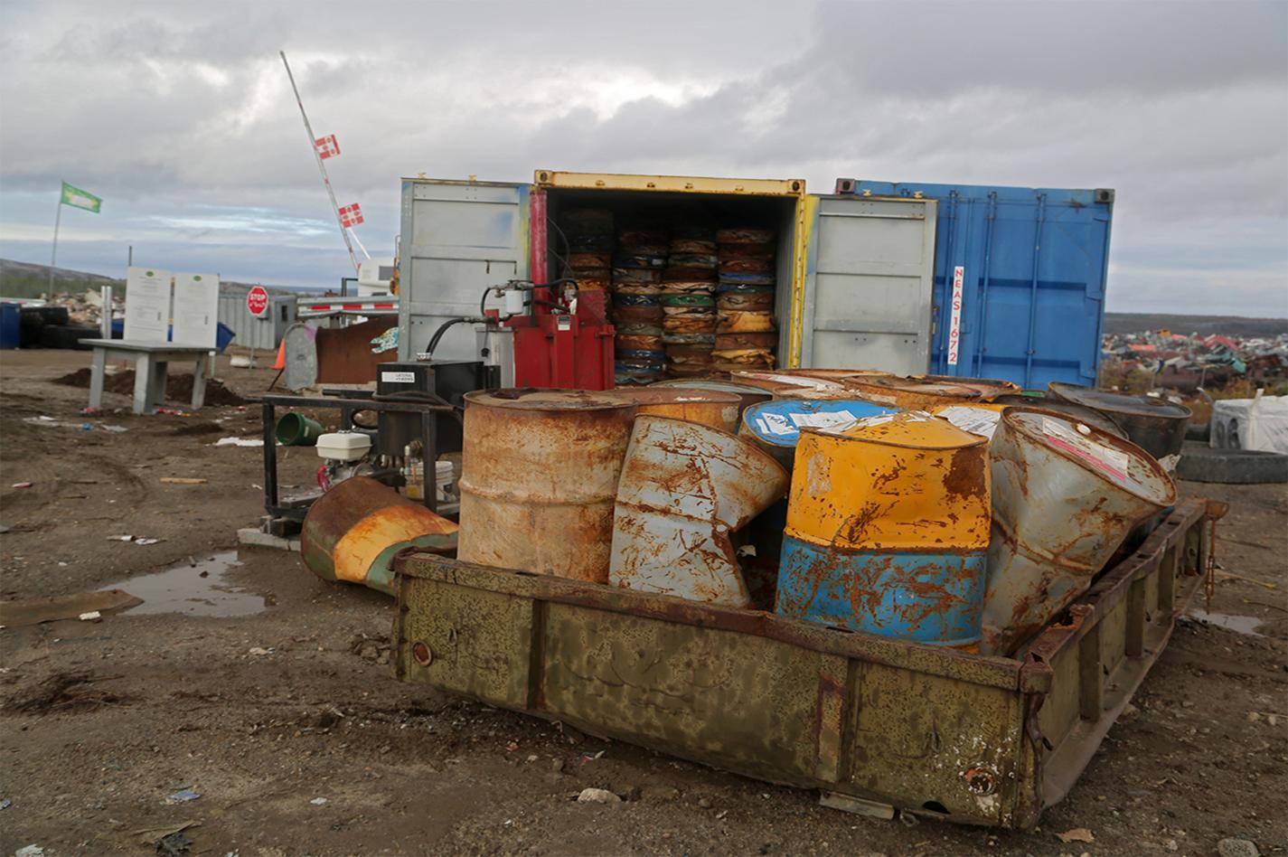 Des barils de pétrole avant d'être écrasés au dépotoir.