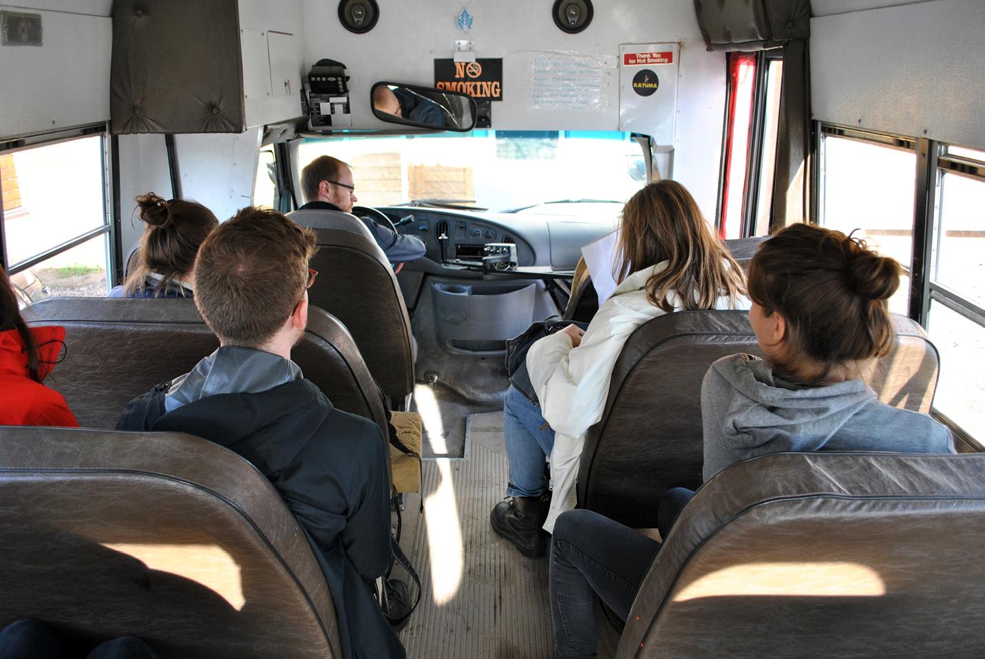 L'équipe retourne à la maison en autobus.